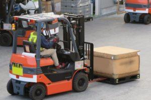 フォークリフトで荷物運搬中の写真